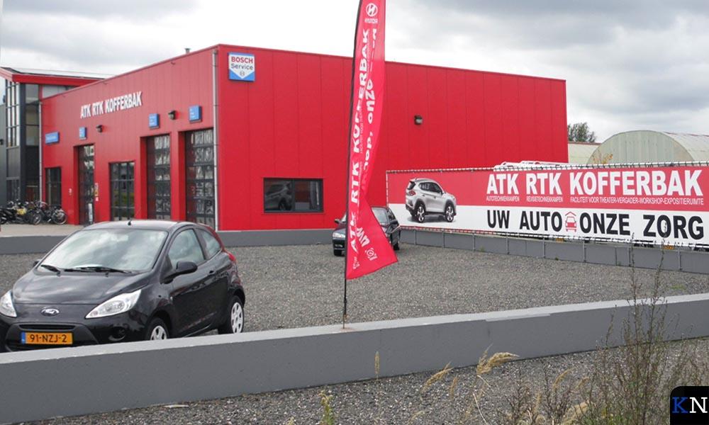 Het grote, massieve en knalrode klimaatneutrale bedrijfspand van ATK RTK Kofferbak.