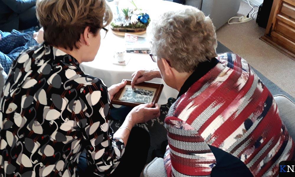 Dickie en Martha bekijken een oude foto waarop Willem met zijn broers een wedstrijd speelt.