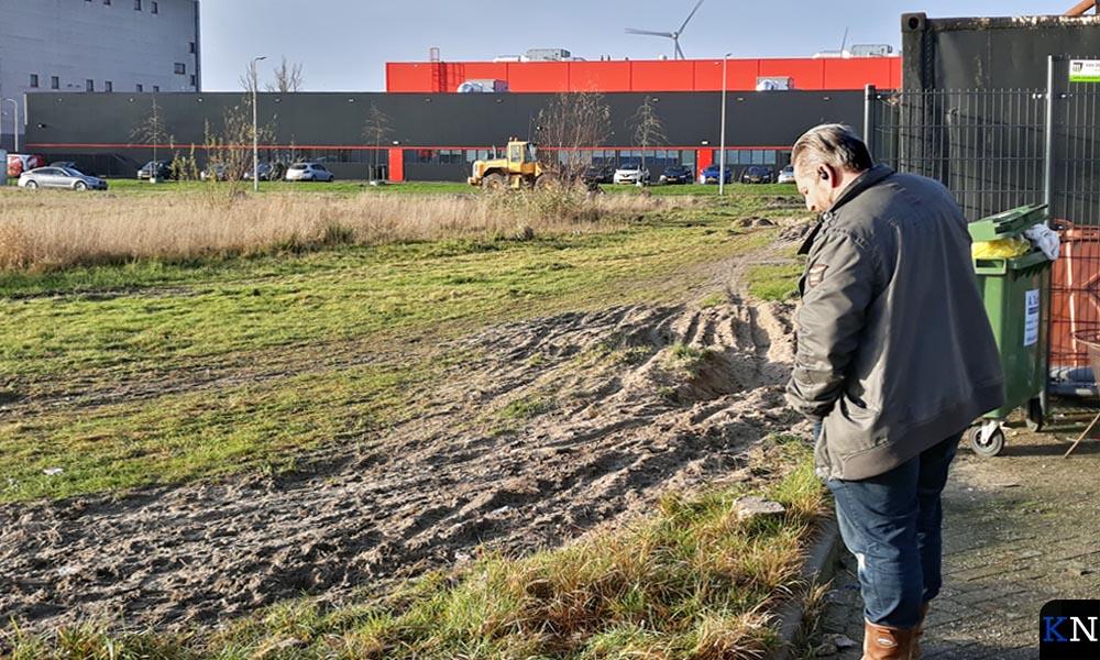 Jan-Rein Boer belt met de notaris bij de bouwgrond voor zijn nieuwe pand.