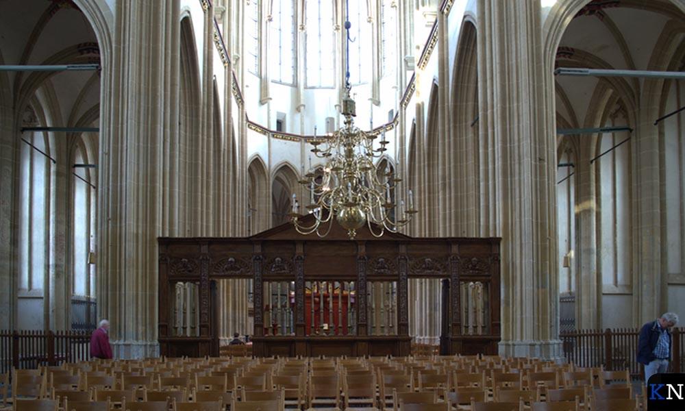 In de omgang rondom het koor worden werken van Henrie Vogels geëxposeerd.