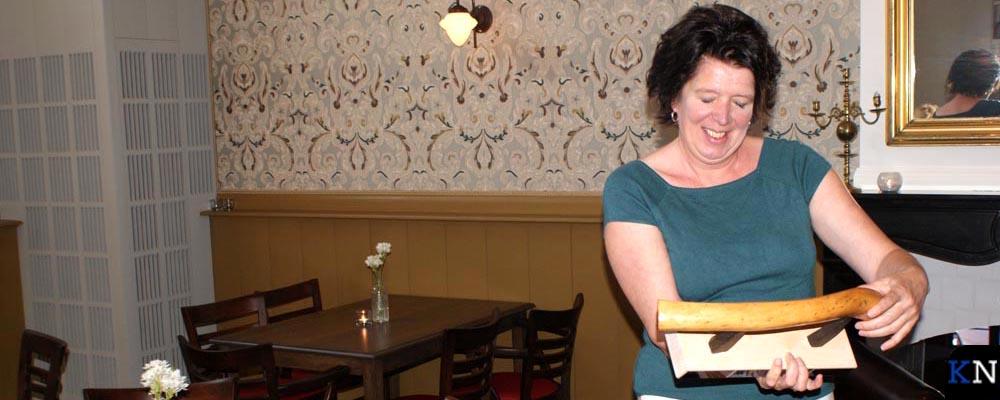 Diana de Groot bestudeert de Bruggenbouwersbokaal.