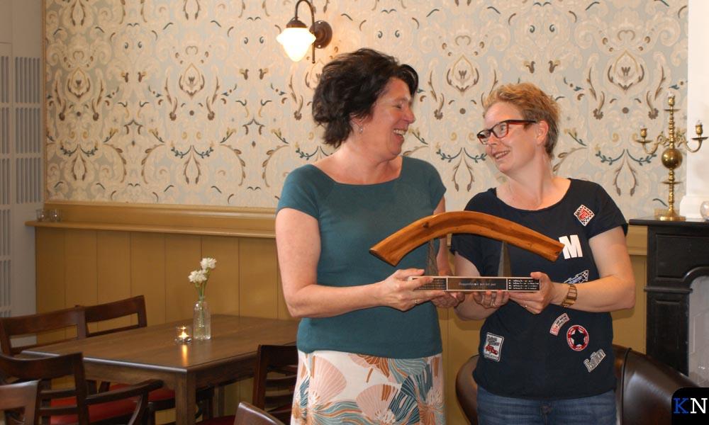 Diana (links) en Debby zijn beiden trots op de Bruggenbouwersbokaal .