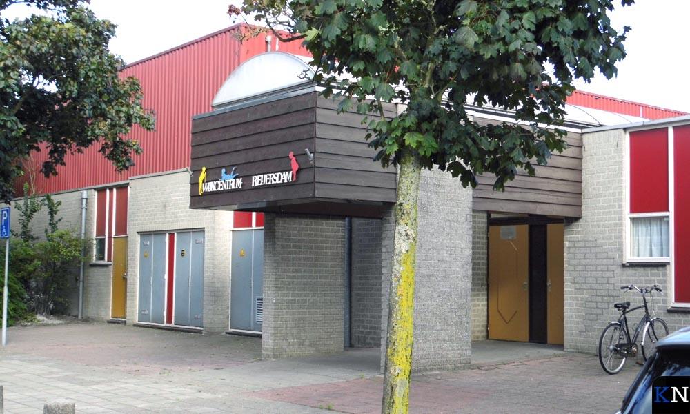 Twee voorbeelden van maatschappelijk vastgoed in Brunnepe: De sporthal van Reflex achter wijkcentrum Reyersdam.