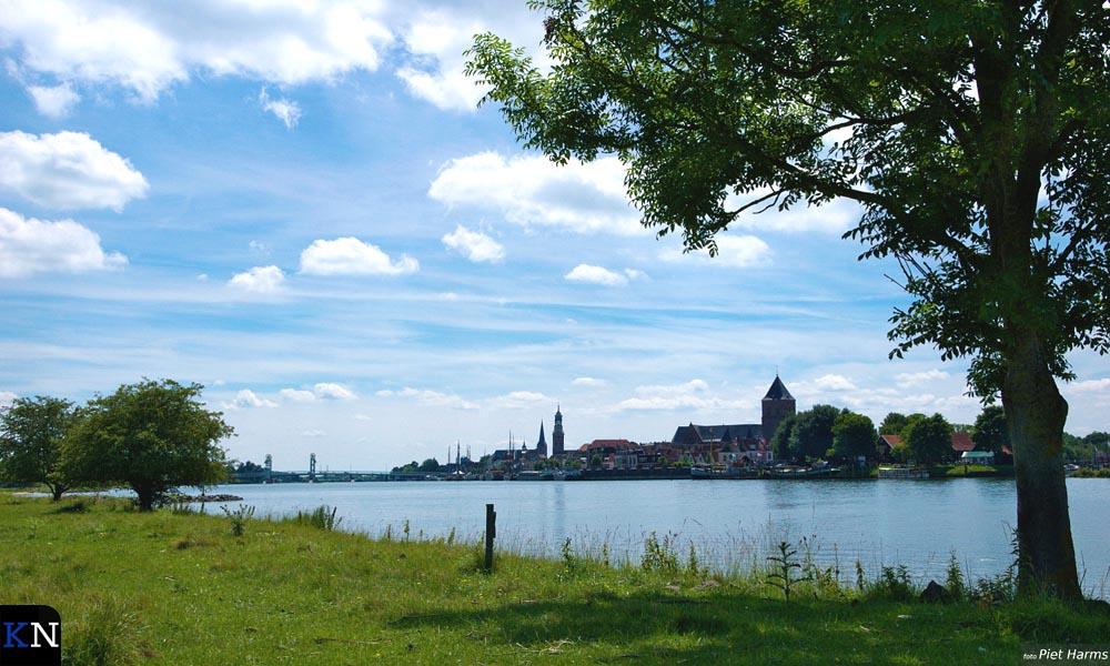 Het veel geroemde stadsfront van Kampen van verre gezien (vanaf Seveningen).