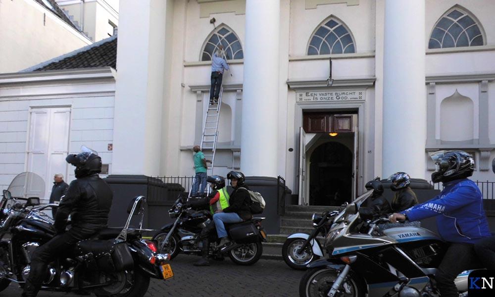 Bij de Lutherse kerk wordt ondertussen onverstoorbaar doorgewerkt.