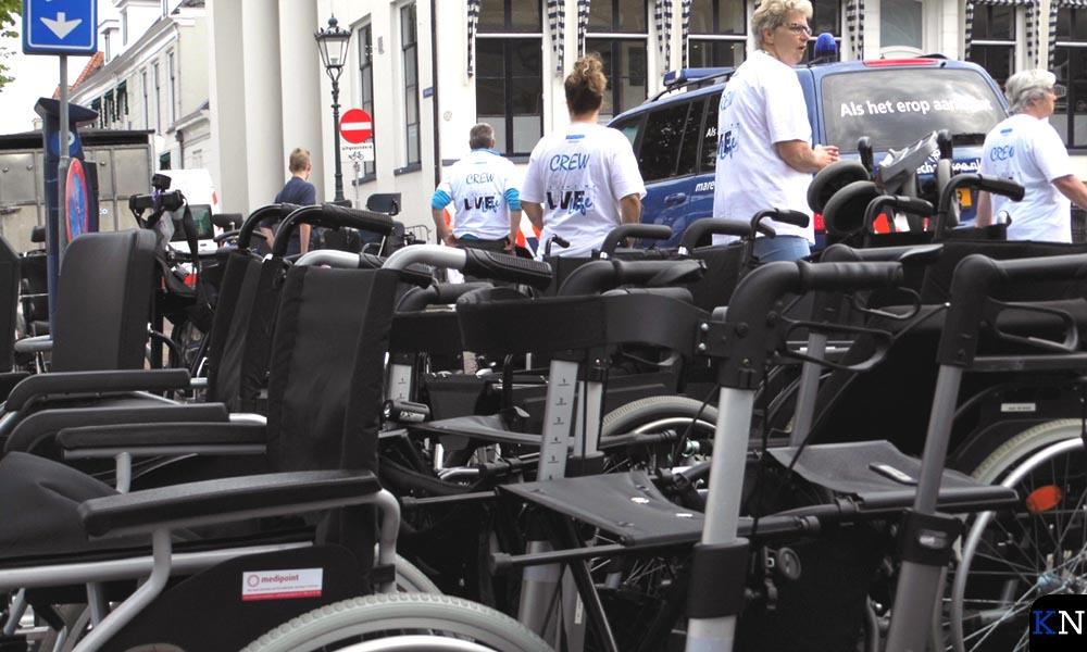 Na vertrek per motor, zijspan of bus blijven de rolstoelen verlaten achter op de Nieuwe Markt.