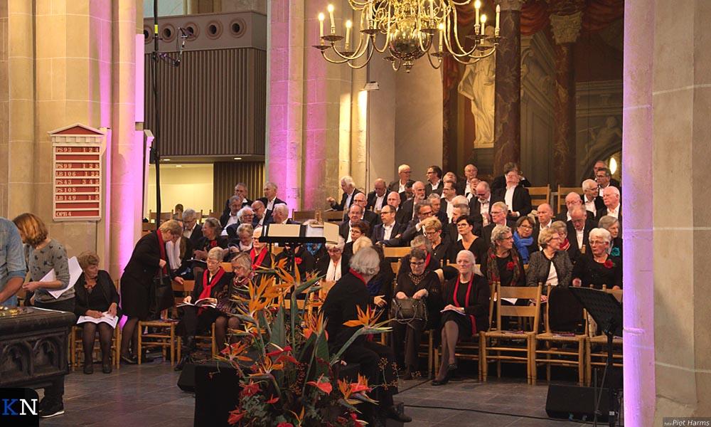 Eén van de drie koren die meewerkten aan de TV-opnames voor 'Nederland Zingt' in de Bovenkerk.