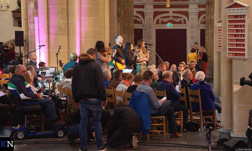 Tussen het publiek hebben de muzikanten zich opgesteld bij de opnames voor 'Nederland Zingt'.
