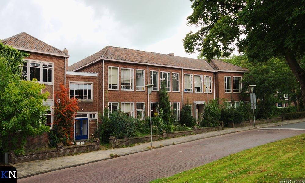 Zijaanzicht van het leegstaande schoolgebouw aan de 3e Ebbingestraat 10-11.