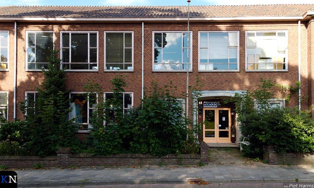 Voorzijde van het voormalige schoolgebouw aan de 3e Ebbingestraat 10-11.