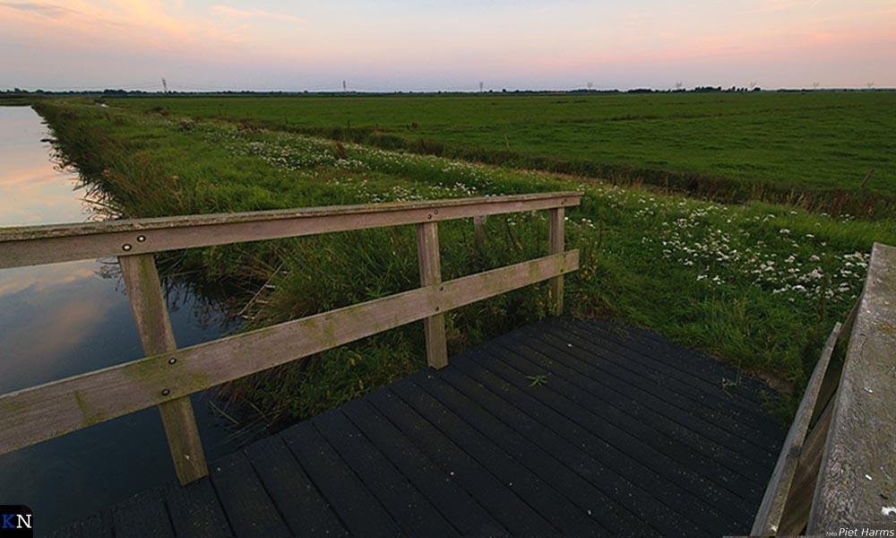 De Jan van der Vloetbrug aan het einde van het Klein Oeverpad mondt uit in gras.
