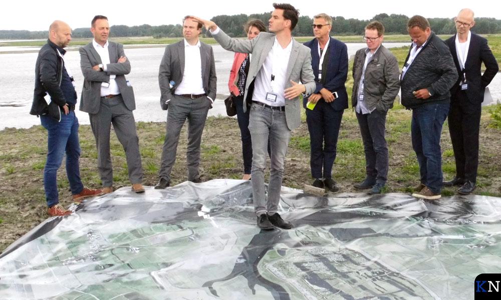 Auke Schipper (gemeente Kampen) licht de Reevedorpplannen ter plaatse toe.