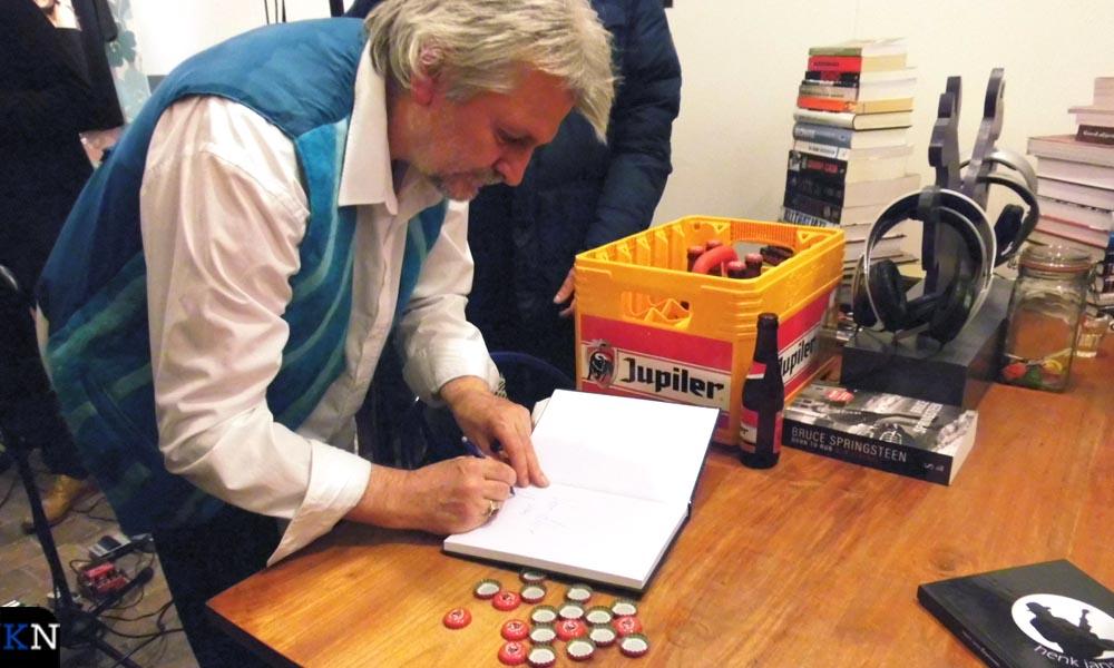 Henk Jans signeert zijn zojuist gepresenteerde boek.