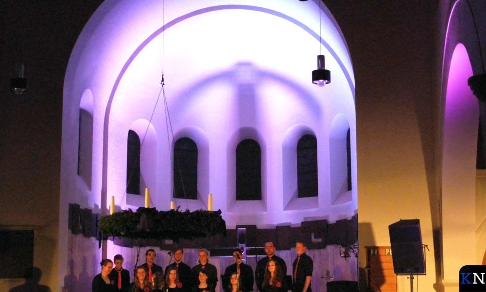 RK jongerenkoor Hykanon in de fraai verlichte koepel van de RK Kerk IJsselmuiden.