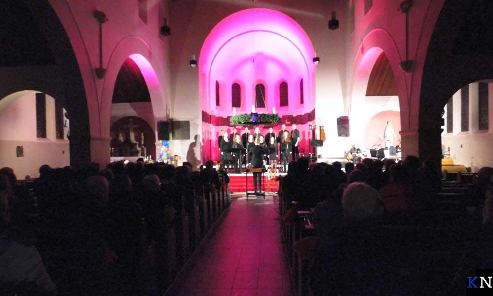 De RK Kerk IJsselmuiden werd mooi opgelicht tijdens het optreden van Hykanon.