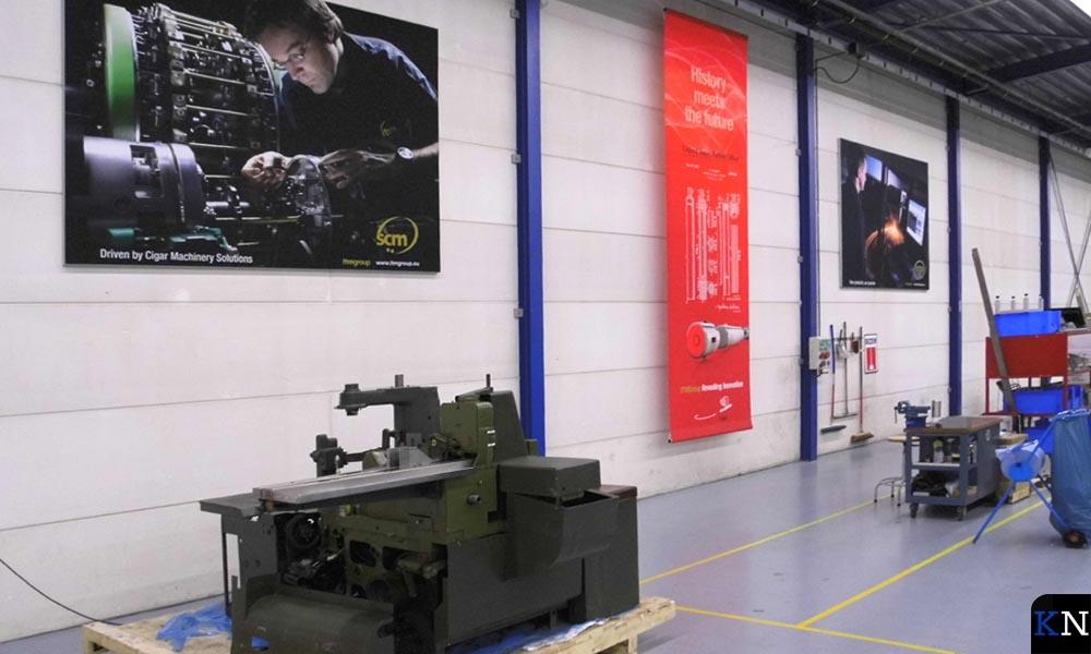 Eén van de fabriekfshallen waarin hier en daar nog een oude machine staat.