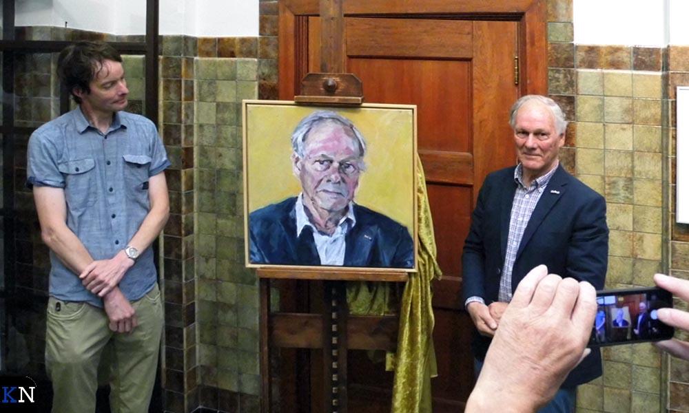 """Jan Visser onthult """"zijn"""" portret samen met de maker Martin-Jan van Santen."""