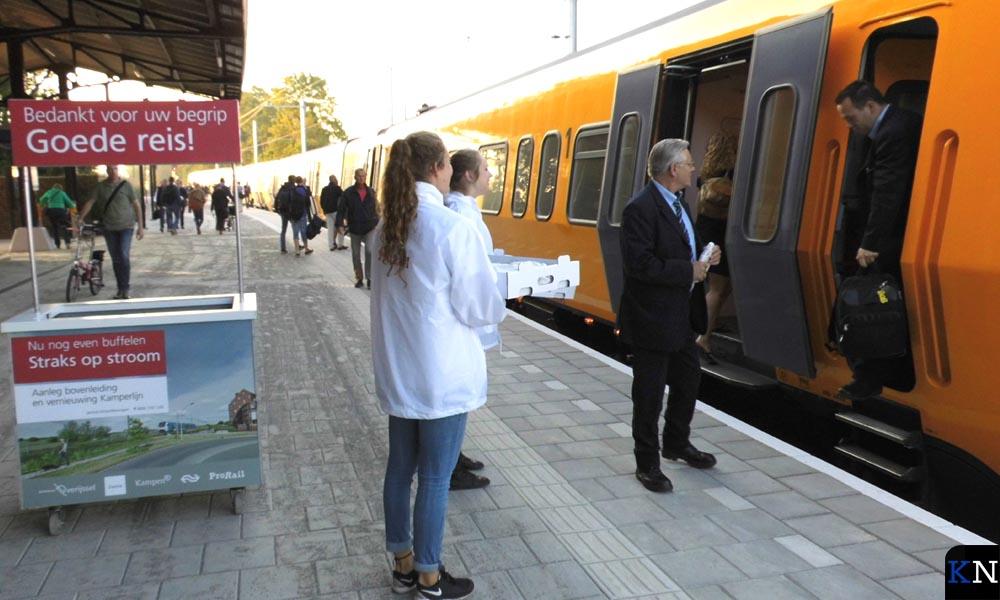Ook het treinpersoneel wordt een croissant asangeboden.