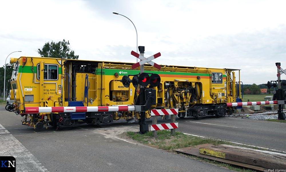 De spoorrails worden recht gelegd en tegelijkertijd uitgelijnd.