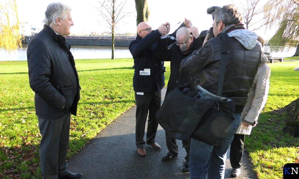 Vroegere burgemeester Kleemans krijgt nog één keer de ambtsketen om van huidig burgemeester Koelewijn.