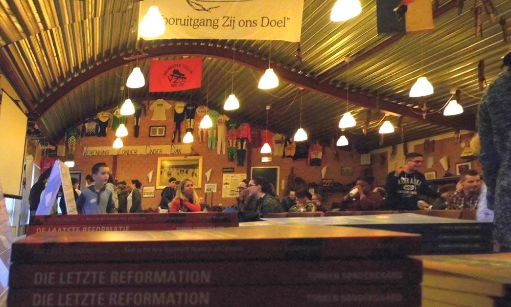 In het clubgebouw van VZOD kwamen leelringen en discipelen van De Laatste Reformatie samen.