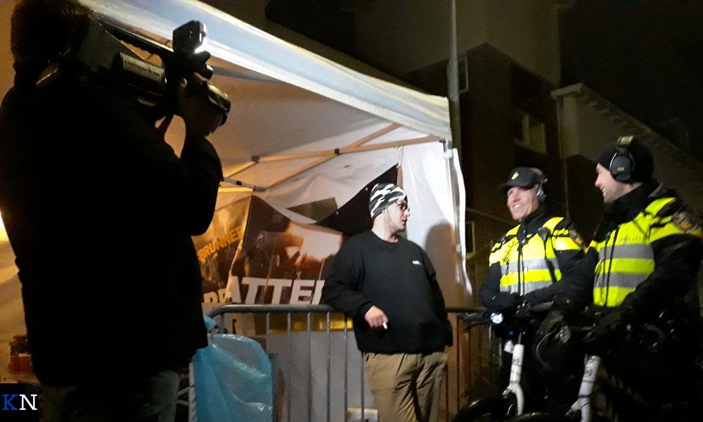 Wilco filmt voor zijn Minikroniek de vroegere en huidige wijkagent van Brunnepe bij de Proat Tente.