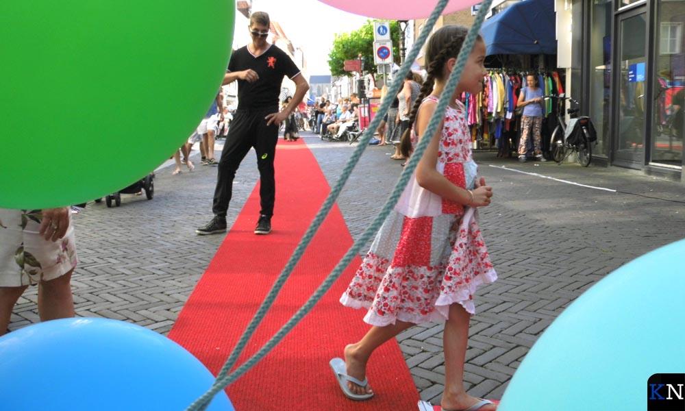 Jong en oud liepen samen over de rode loper tijdens de modeshow van Waypoint.