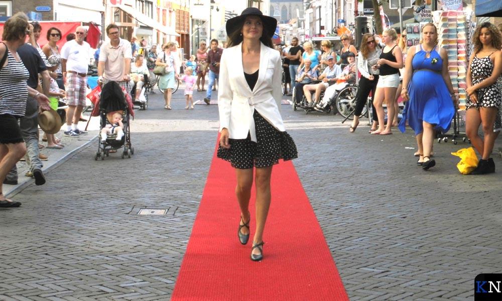Zoals een Nederland lied ooit bezong, lopen de modellen heen en weer.
