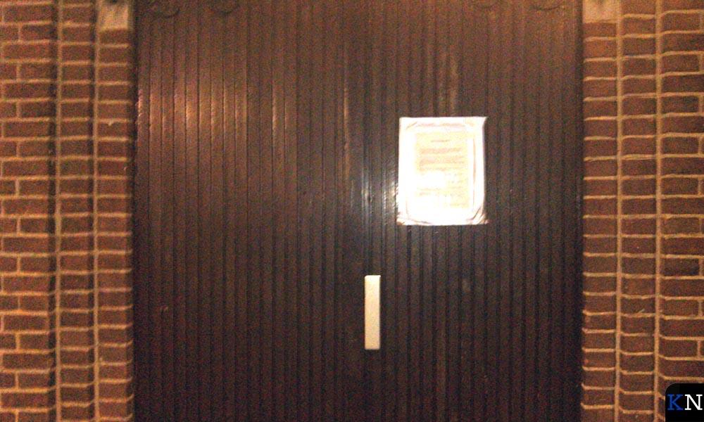 De als publicatiebord benutte zijdeur van de Noorderkerk in Brunnepe (Kampen).