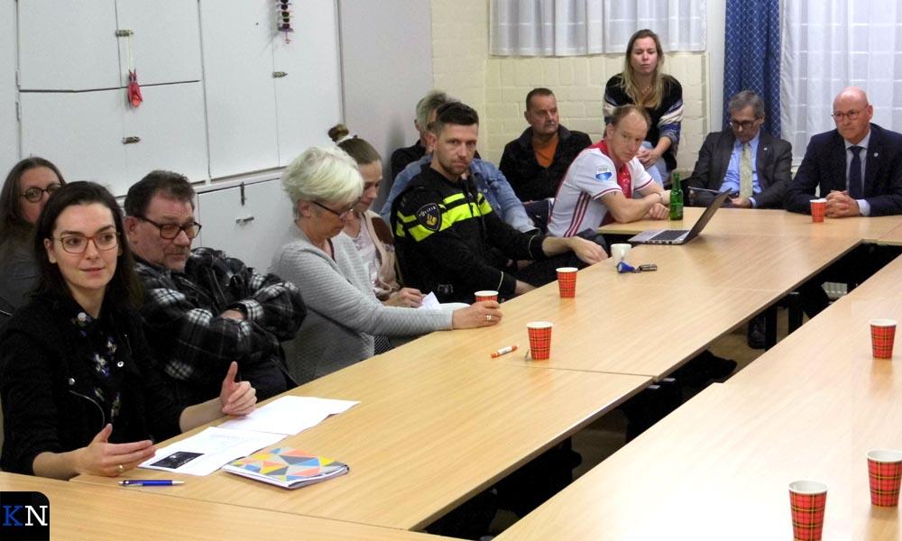 Alle partijen zaten aan tafel om informatie te geven over het gedoogbeleid met carbid schieten. Geheel links Sikkema en 3e van links Westerhof.