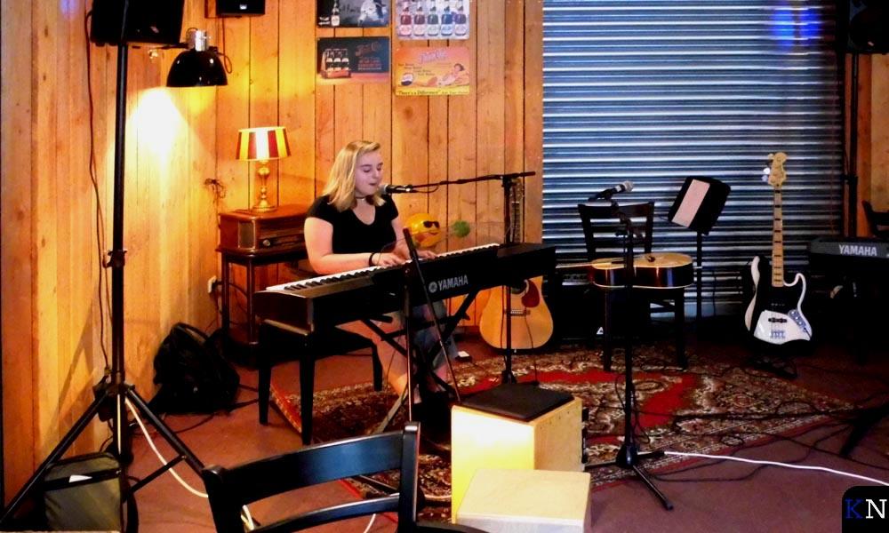 Charlotte Fix speelt en zingt.