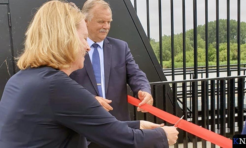 Marianne Nauta, directeur Rijkswaterstaat, knipt met Albewrt Holtland, wethouder gemeente Kampen, het lint door.