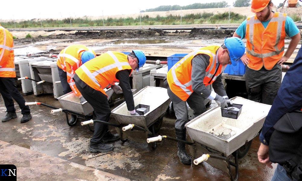 Bestuurders zeven de eerste centimeters afgegraven grond