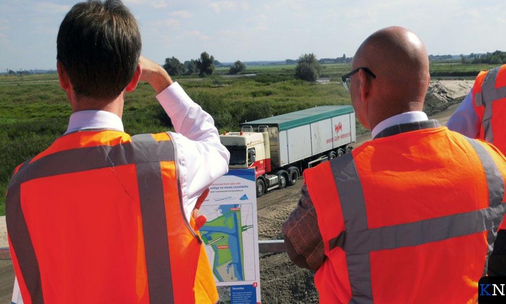 Jacco Zwemer en Bort Koelewijn kijken uit over het werkgebied.