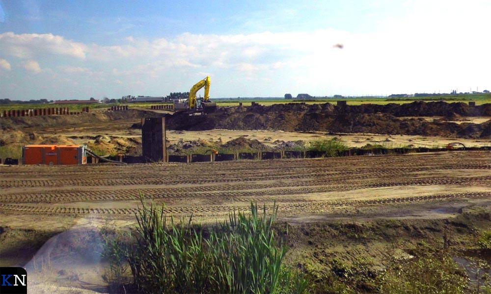 De expeditie voert langs het bouwterrein.