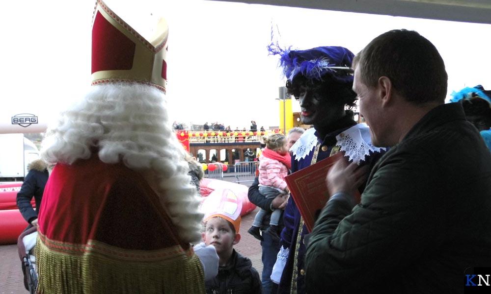 Sinterklaas wordt steevast vergezeld door de Hoofdpiet met het grote boek.