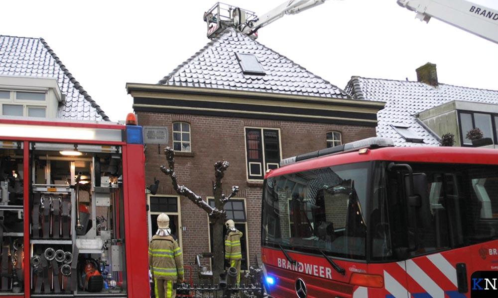 De schoorsteen wordt vakkundig geveegd door de brandweer.