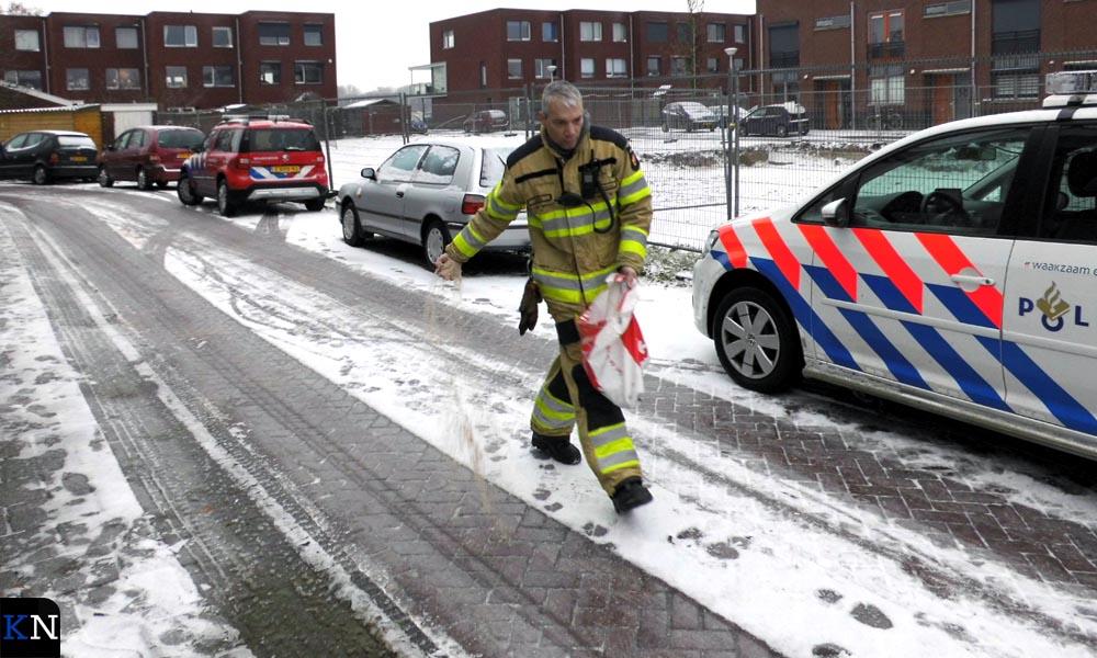De Slagersweg als toegangsweg tot de brand wordt gestrooid.