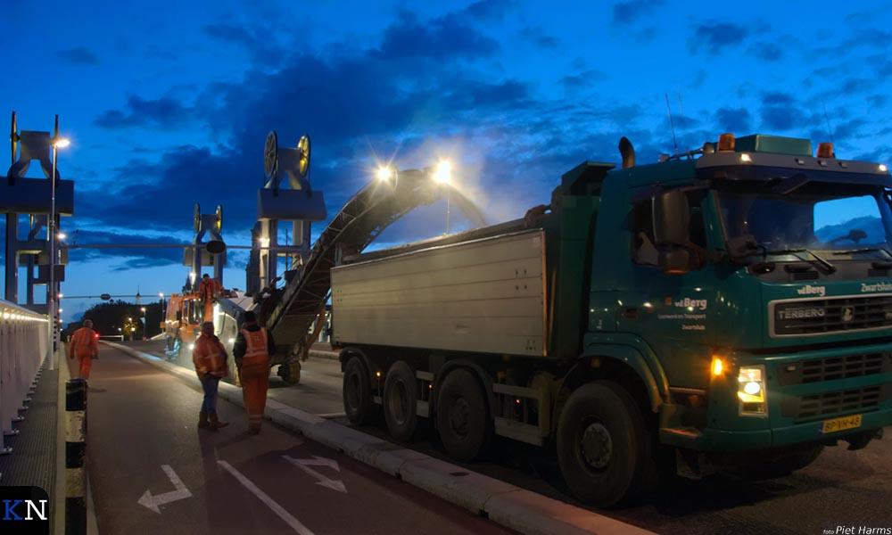 Asfalteringswerkzaamheden op de Stadsbrug.