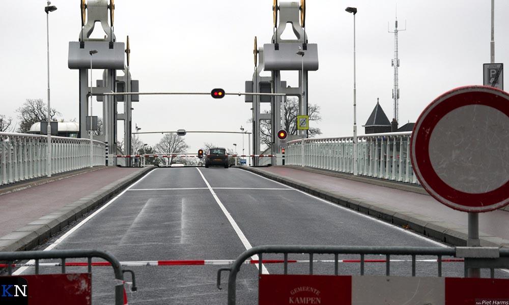 Eén auto lijkt door de afzetting geglipt te zijn maar staat alsnog voor een geopende brug.