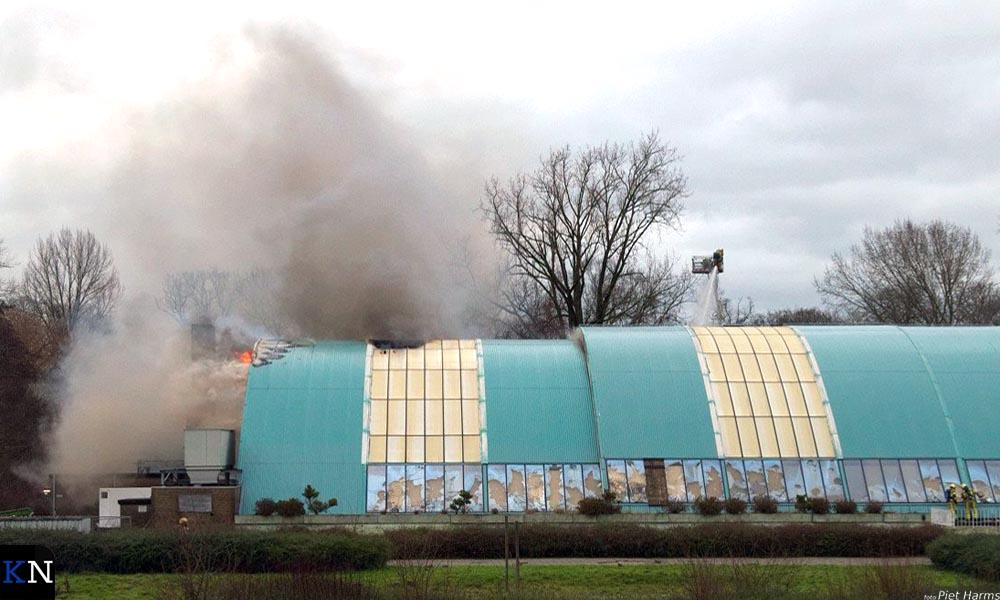 De vlammen woeden grotendeels tussen de dak- en wandplaten.