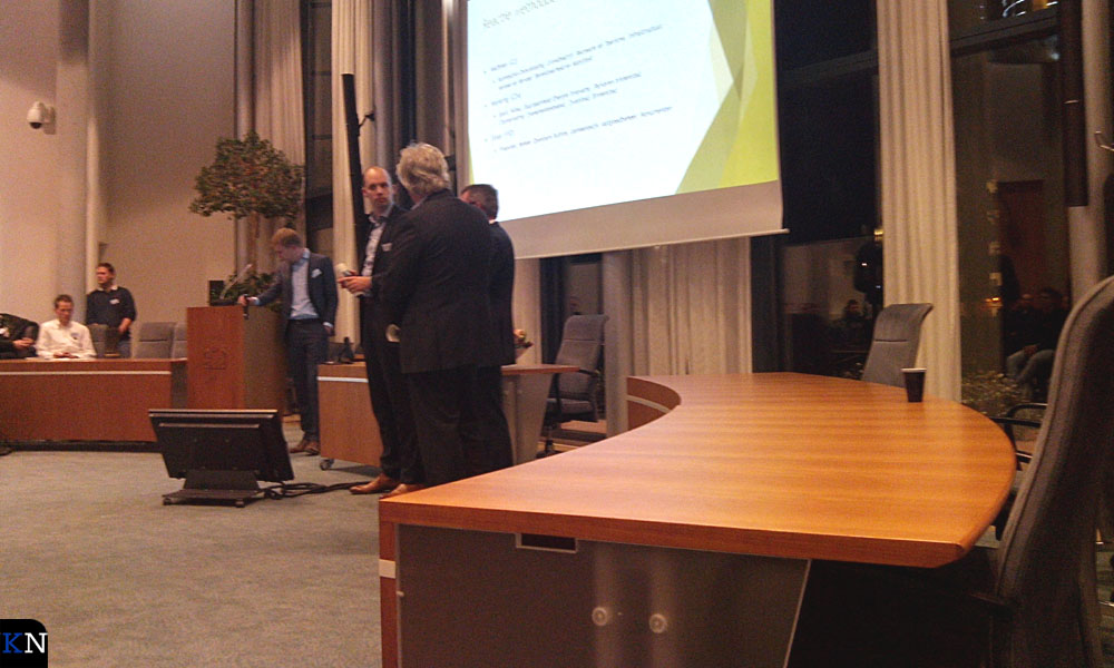 Wethouder Meijering overlegt met wethouder Ekker.