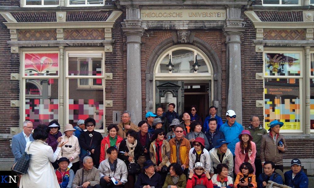 Poseren voor de TU Kampen aan de Broederweg.