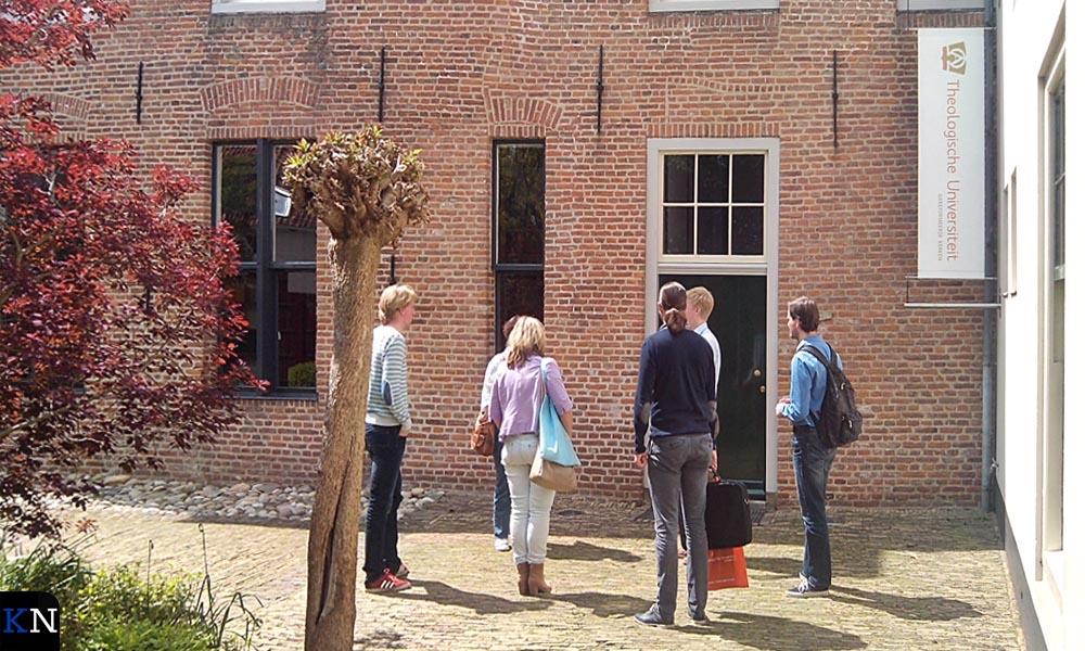 Bezoekers van de Open Dag worden rondgeleid langs de verschillende gebouwen.