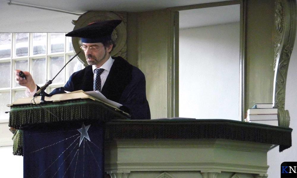Professor Albert Clement lichtte Bach's composities toe en uit.