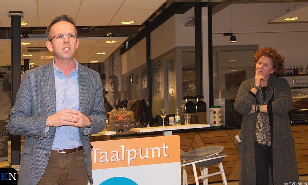 Johan van der Kolk en Marieke Spijkerman leidden de certificaatuitreiking van Taalpunt in.