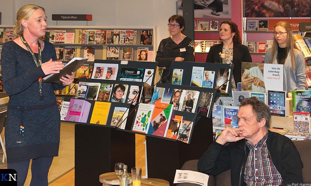 Dieuwke de Goede staat bij het aangeschaft les- en promotiemateriaal van de Brugmediacheque.