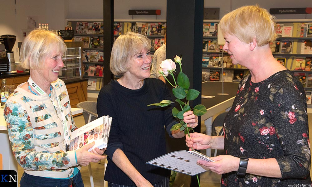 Anneke Sinnema ontvangt haar certificaat van Taalpuntdocenten Hanneke en Liesbeth.