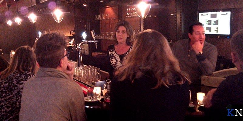 Stef Ekkel samen met zus Greetje achter de bar van zijn nieuwe café De Woonboot.