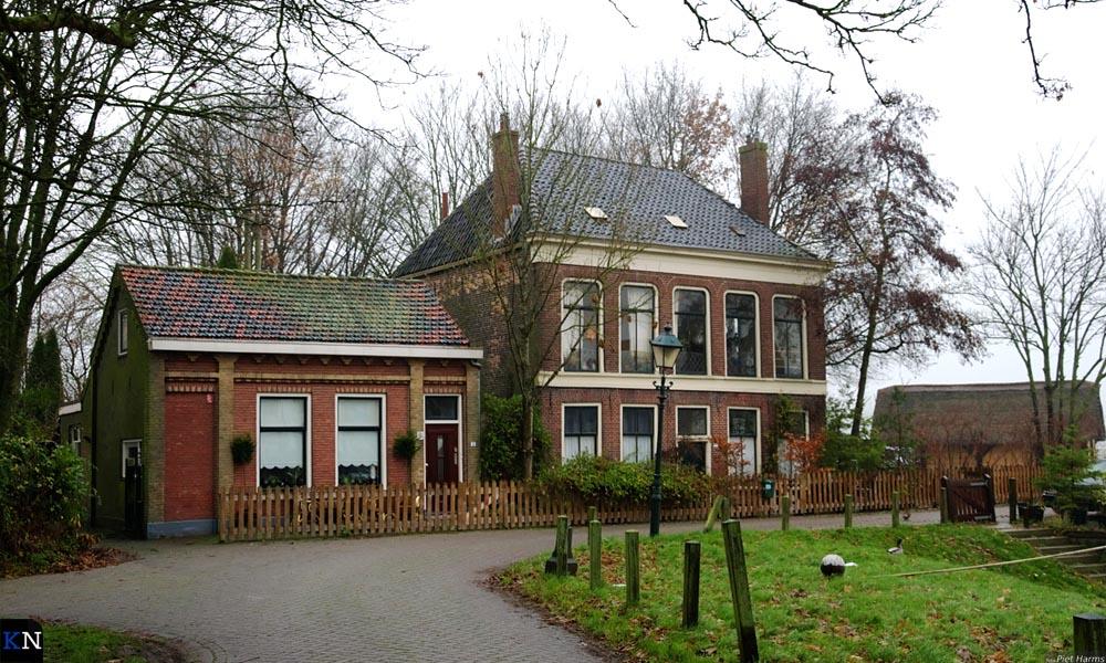 Havenweg 3 en 5 nemen de horecafunctie van de Taveerne over.<br>Rechtsachter staat een nagebouwd Brunneper vissershuisje uit de 14e eeuw.